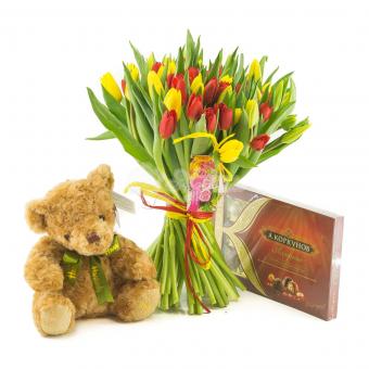 Букет из 39 тюльпанов с мишкой и конфетами