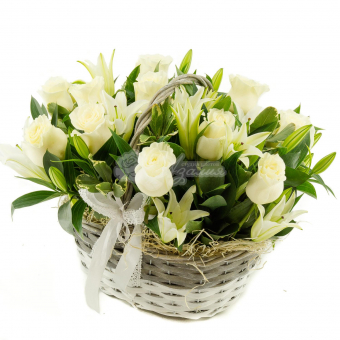 Белоснежная корзина с розами и лилиями