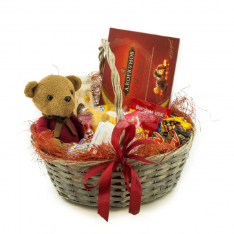 Игрушка в корзине с сладостями