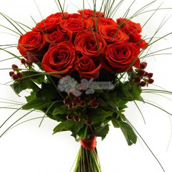 Букет 15 роз с зеленью
